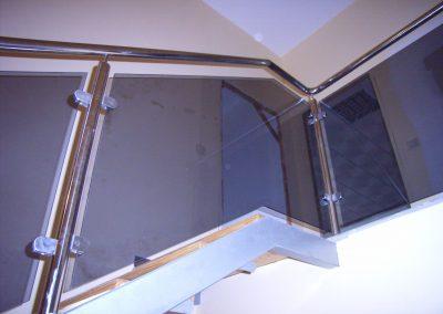 Escalera de acero inoxidable y vidrio oscuro